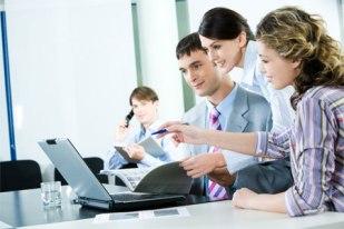 grupo-de-personas-en-junta-trabajando-en-una-computadora-portatil_xsomwh
